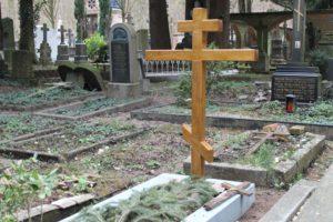 Крест при установке памятника
