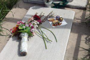 поминальное угощение на кладбище