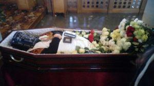 Вложение креста в руки покойнику