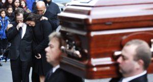 Родственникам запрещено нести гроб с покойником