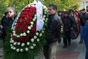 кто несет венки на похоронах