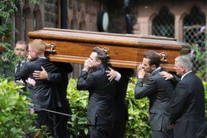Нести гроб с покойником