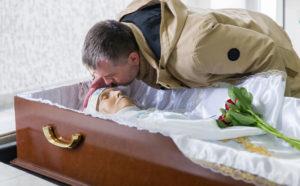 Можно ли целовать покойника